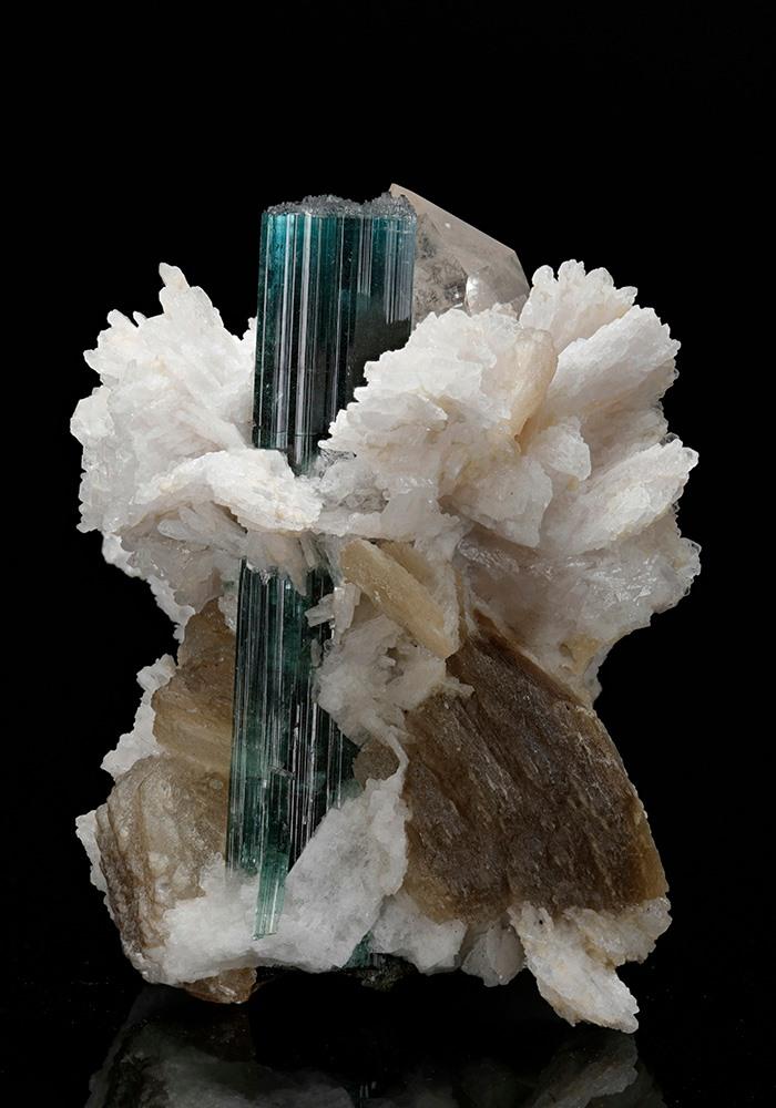 Minerál Turmalín obalený Albitom